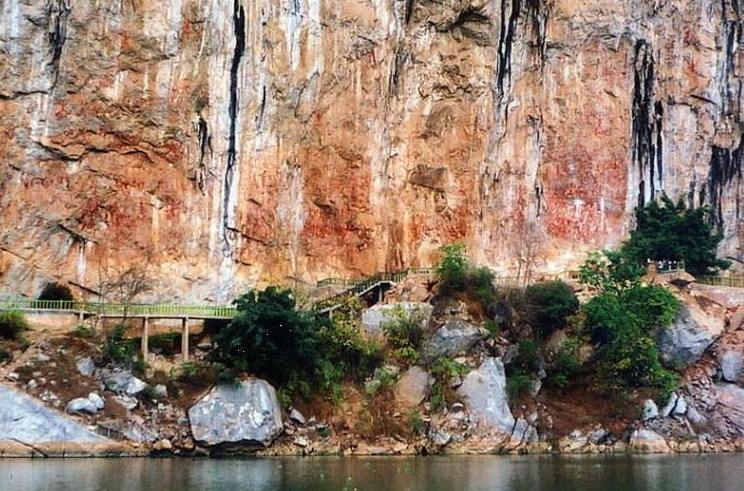 &nbsp沙屯多级瀑布又称念底瀑布,位于硕龙镇硕龙村沙屯的归春河段上的青山峡谷中,西距县城约50公里,国家二级景点。瀑布约宽 60米,总落差约20米,分七级奔流而下。两岸高山峻岭,丛林繁茂,古藤盘绕。河水从10米高的峡涧冲出,断崖飞泻,跌水在第一级下形成约 500平方米的清潭,水流分六层拾级而下,级间差23米左右。在波涛飞沫中常有竹筏渔人出没。