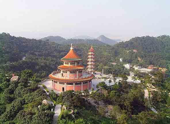 &nbsp &nbsp塔山风景区位于澄海城北5公里的莲上镇,是以塔山寺为中心