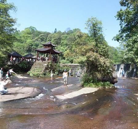 沧源崖画谷旅游风景区位于临沧地区沧源县佤族村寨勐来乡,因具有3500