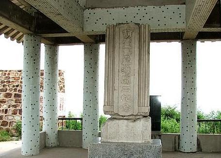 张学良筑港纪念碑座落在葫芦岛港码头西山,面面崖下是波涛汹涌的大海