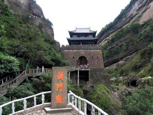 剑阁古城为省级历史文化名城;县城鹤鸣山是道教发祥地;武连苑寺佛传壁