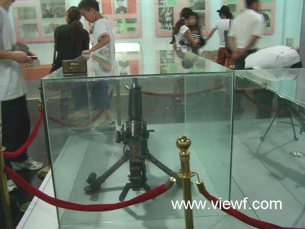 在广东省博罗县的罗浮山,有一座东江纵队纪念馆。纪念馆在2003年12月东江纵队成立60周年之际落成并对外开放,成为又一处进行革命传统教育和爱国主义教育的基地。透过一幅幅图片、一件件文物和说明,人们可以在这里追忆六十年前革命先辈浴血奋战、抗日救国和进行国内革命战争的光荣历程和丰功伟绩,缅怀为国家民族的独立解放而流血牺牲的革命先烈,唤起国人不忘历史、不忘国耻,珍惜今天的革命成果,进一步奋发民族精神,为祖国的繁荣富强而奋斗。 一 东江地区有着光荣的革命传统,早在上世纪的二、三十年代,这里的广大人民就在中国共产党